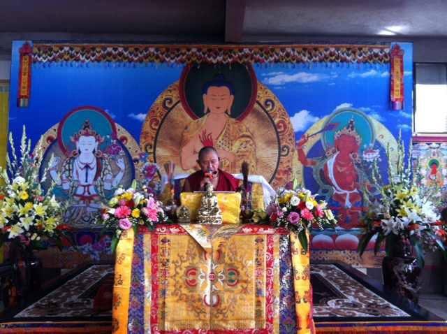 Гарчен Ринпоче предает Дрикунг Пхова Ченмо в тибетском храме сегодня в Binh Duong, Ho Chih Minh, Vietnam