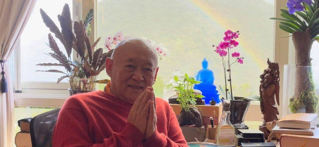 Когда Гарчен Ринпоче позвонил Его Святейшеству Четцангу Ринпоче, чтобы пожелать ему Счастливого Лосара, позади Его Святейшества появилась радуга.